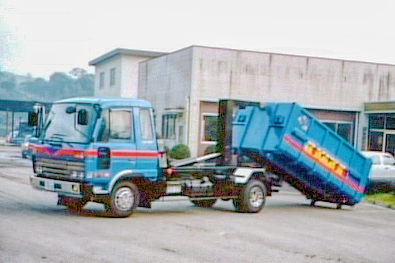 産業廃棄物回収コンテナ車